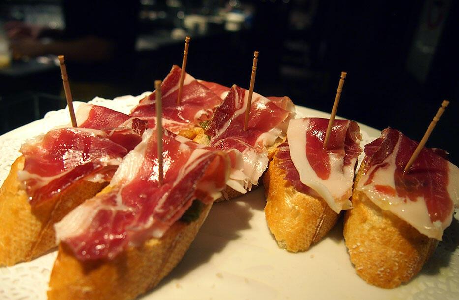 5-barcelona-la-ramblas-tapas-iberico-ham