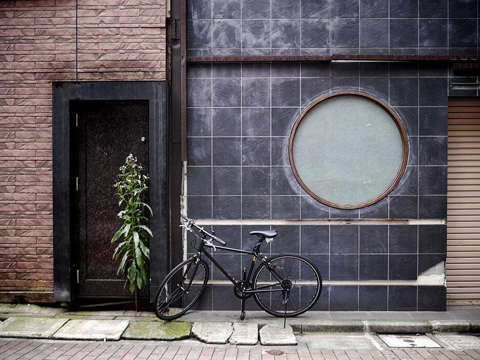 japan-5-tokyo-ginza-bicycle-black-wall