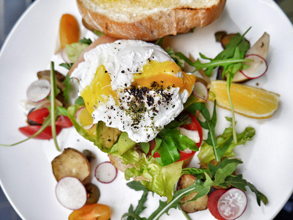 bowery-kitchen-bar-solaris-dutamas-publika-3a-eggs-avocado-tartine