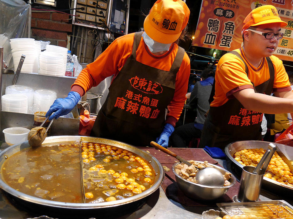 a-tainan-street-food-14-night-market-duck-blood-and-balls