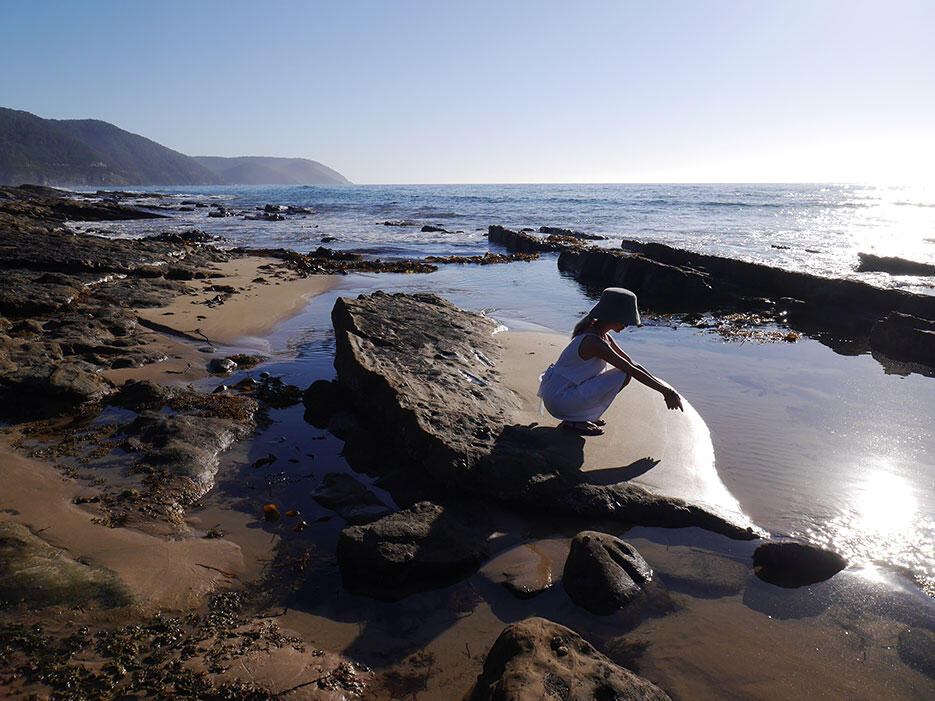 great-ocean-road-27-victoria-australia-rock-beach-asian-squat