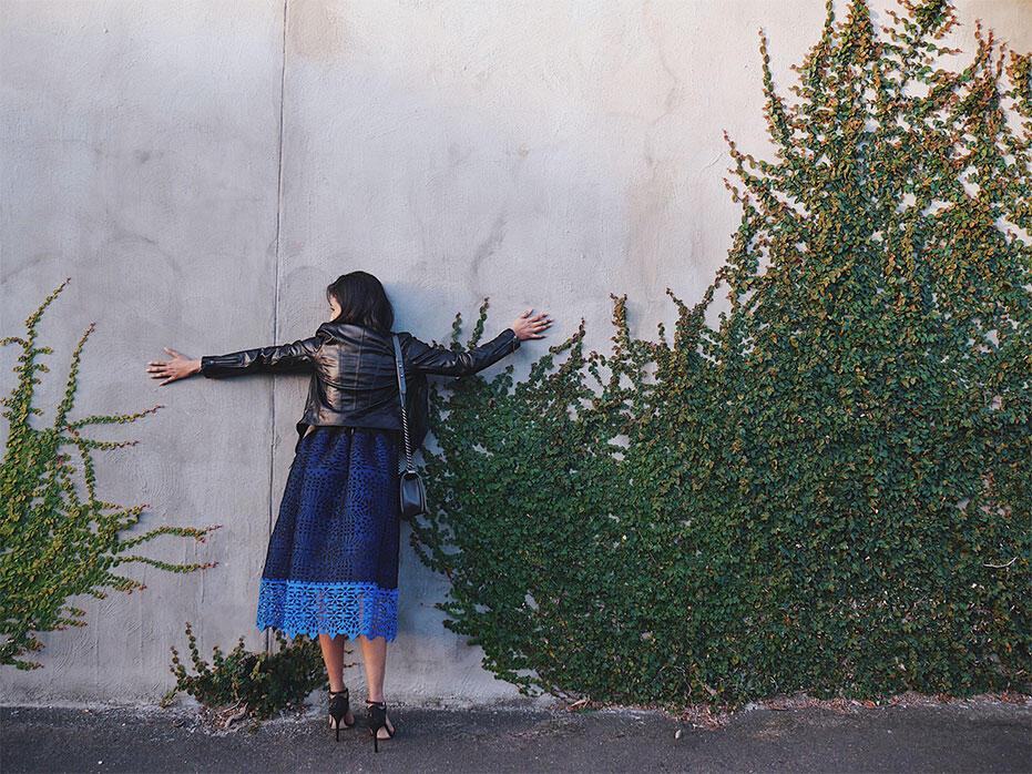 Melbourne-Australia-11-hugging-wall